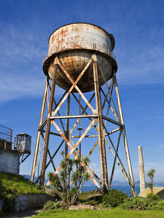 Torre de agua oxidada fotos de archivo libres de regalías