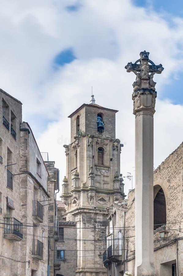 Torre de alarma de iglesia de la asunción en Calaceite, España fotografía de archivo