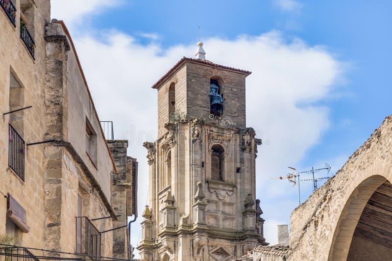 Torre de alarma de iglesia de la asunción en Calaceite, España fotografía de archivo libre de regalías
