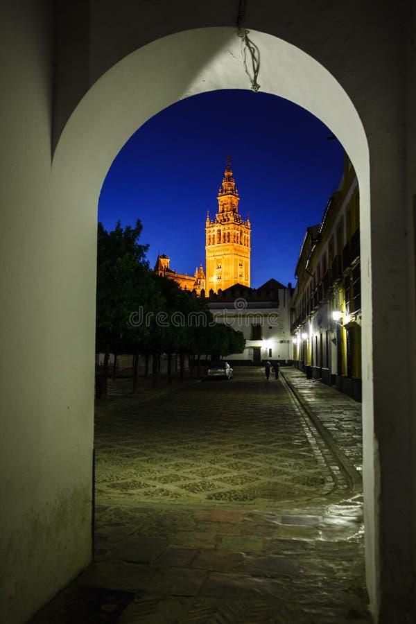 Torre de alarma de iglesia iluminada en arco a la calle foto de archivo libre de regalías