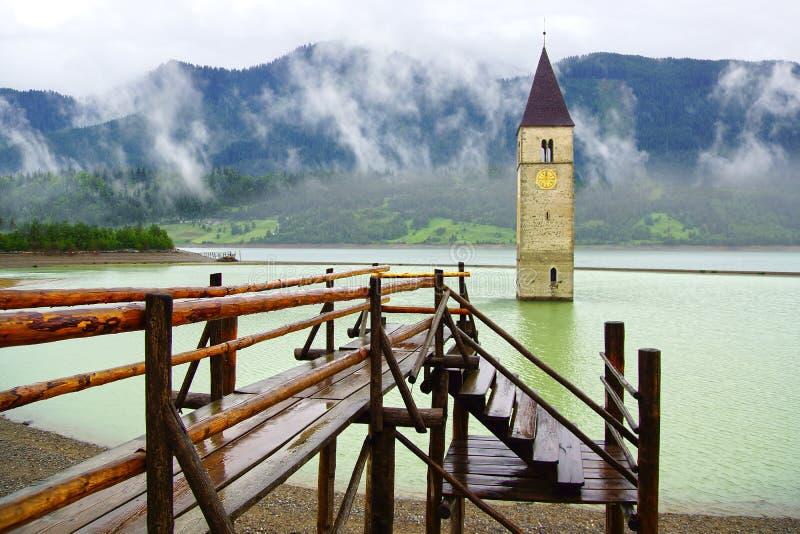 Torre de alarma inundada en el lago Resia, Italia imagen de archivo libre de regalías
