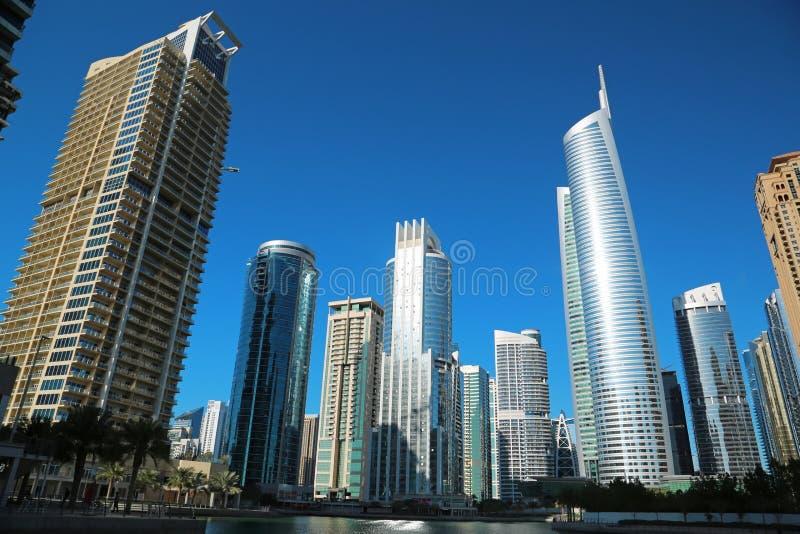 A torre de Almas e as torres dos lagos Jumeirah, multi mercadorias de Dubai centram-se, UAE foto de stock