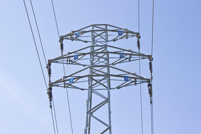 Torre de alta tensão da coluna elétrica sobre imagem de stock