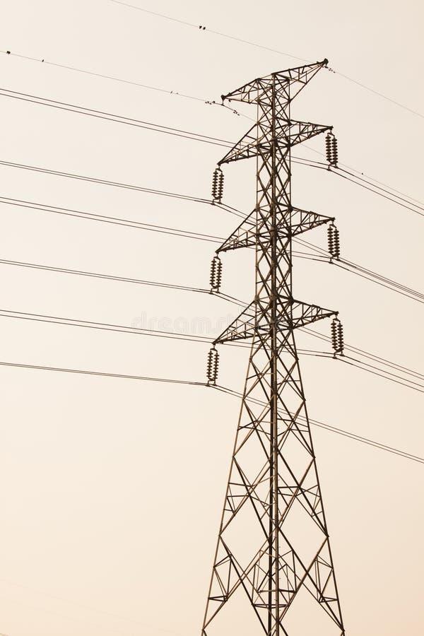 Torre de alta tensão da postHigh-tensão com estilo preto e branco da imagem imagens de stock