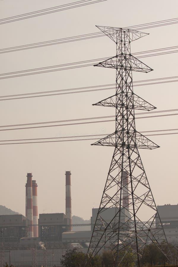 Torre de alta tensão da postHigh-tensão com estilo preto e branco da imagem imagens de stock royalty free