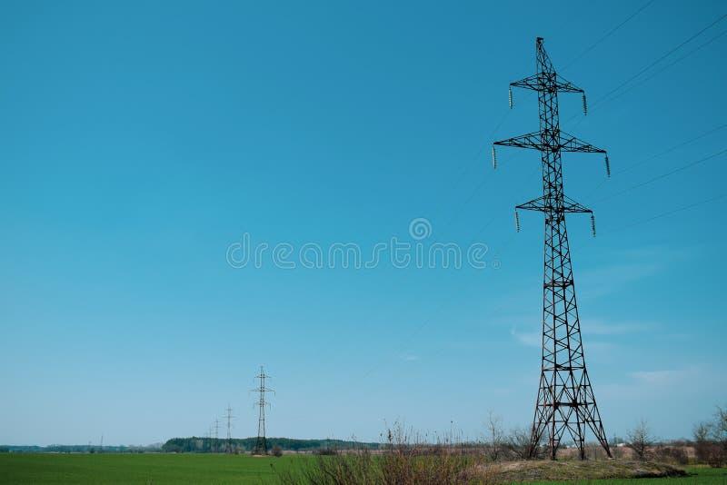 Torre de alta tens?o contra o c?u azul Torre elétrica com fios foto de stock royalty free