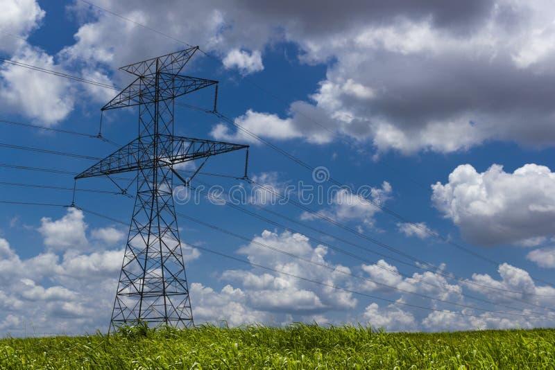 Torre de alto voltaje de la transmisión fotografía de archivo