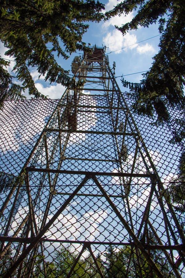 Torre de alto voltaje de las líneas eléctricas de la electricidad imagen de archivo