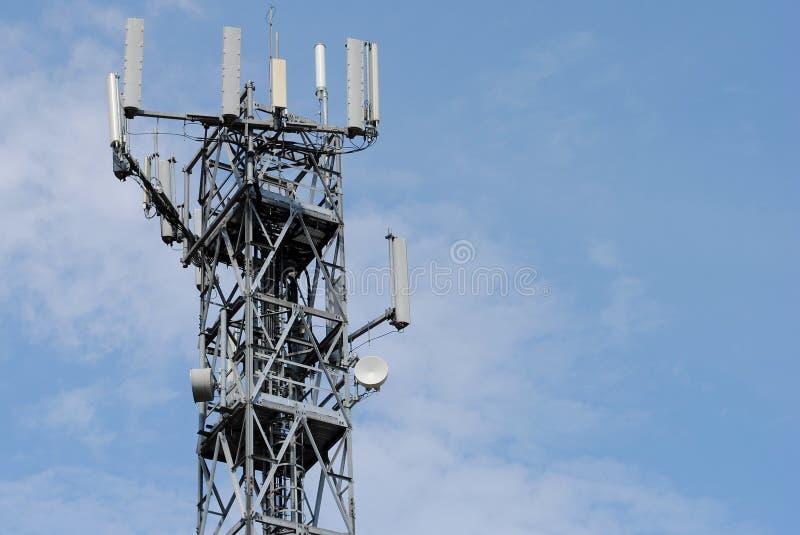 Torre de antena con muchos aumentador de presión imagenes de archivo