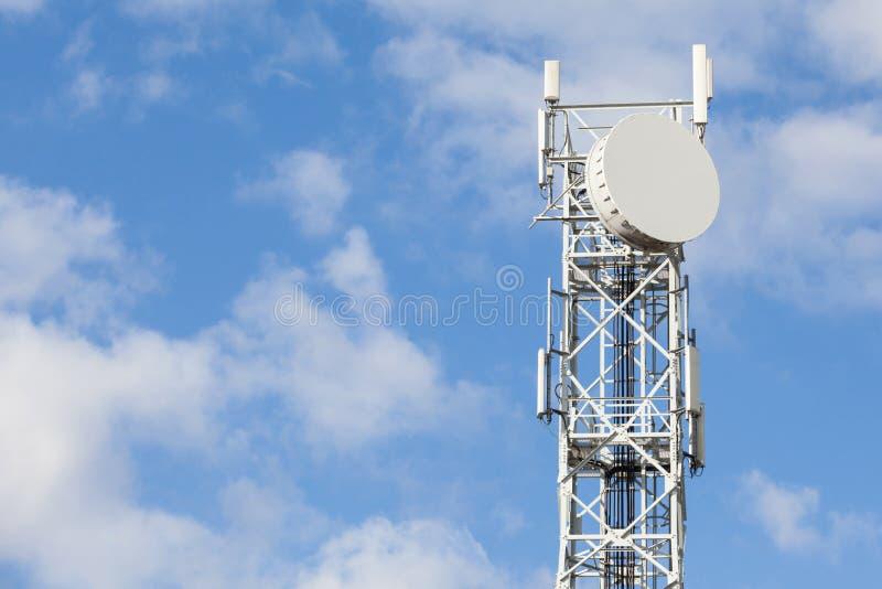 Torre de antena das telecomunicações para o rádio, a televisão e o telep imagens de stock royalty free