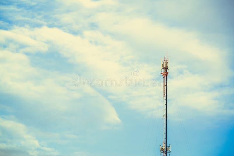 Torre de antena de la comunicación del teléfono móvil con el cielo azul y la c fotos de archivo