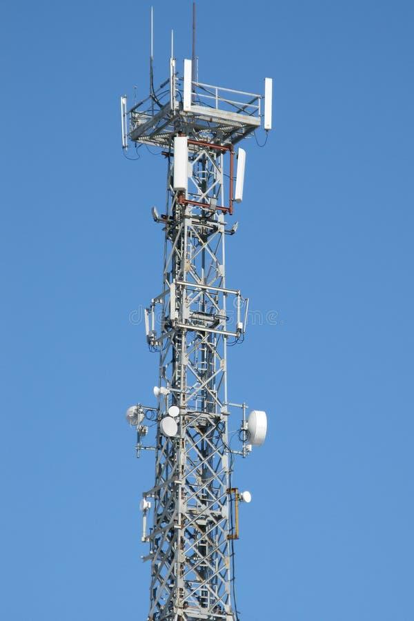 Torre de antena de la comunicación y equipo del repetidor imágenes de archivo libres de regalías
