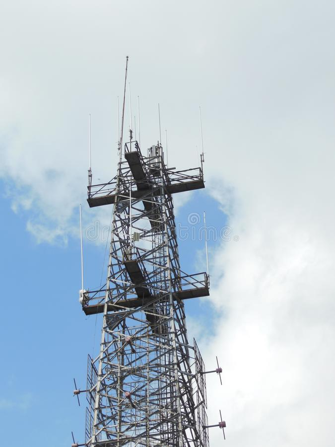 Torre de antena del repetidor de la comunicación del teléfono móvil imágenes de archivo libres de regalías