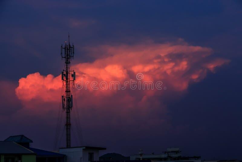 Torre de antena do sinal da silhueta no céu do por do sol foto de stock royalty free