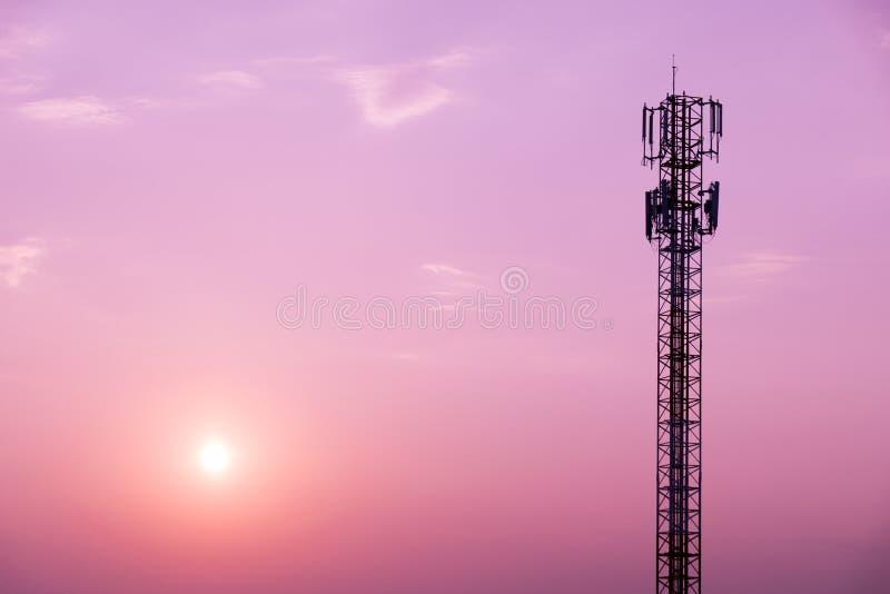 Torre de antena do telefone celular no céu e no sol roxos imagem de stock royalty free