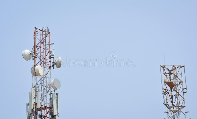 Torre de antena de dos telecomunicaciones paralelamente fotos de archivo libres de regalías