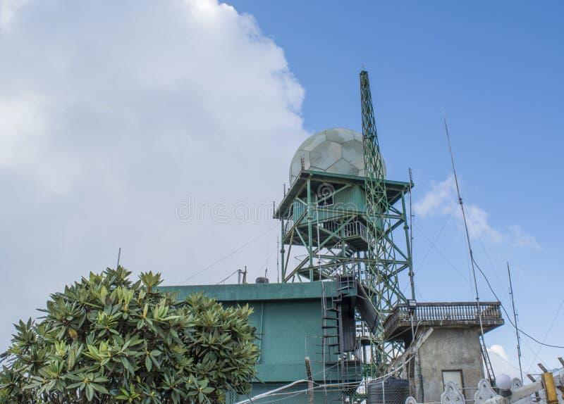 Torre de antena en la base militar fotos de archivo