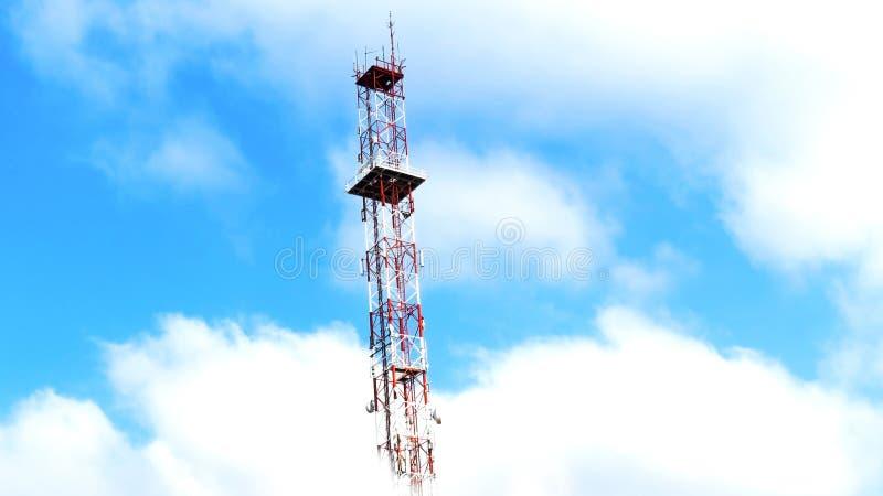 Torre de antena entre las nubes foto de archivo