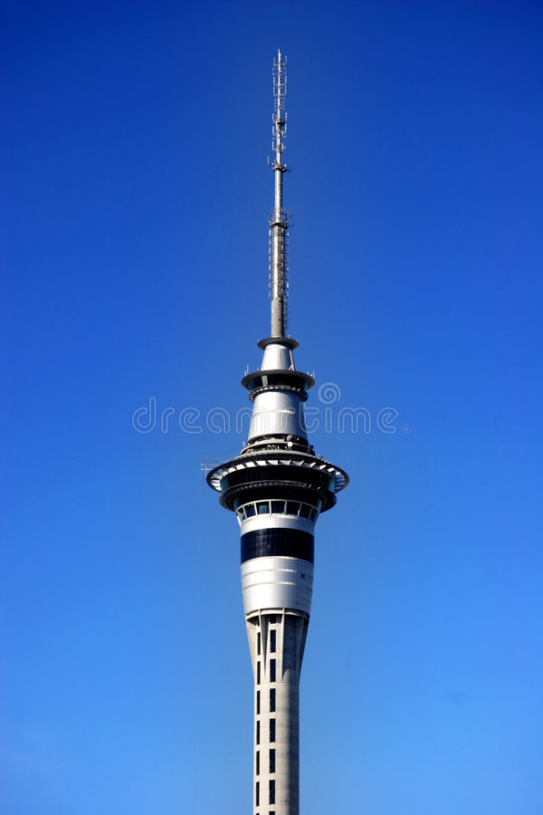 Torre de Auckland com céu azul fotografia de stock royalty free