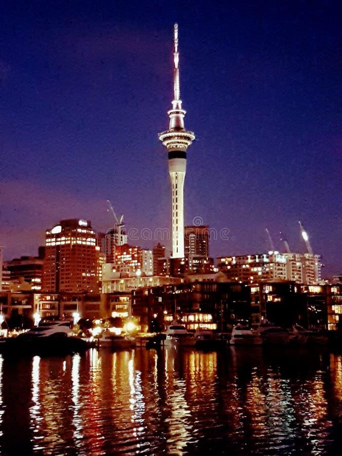 Torre de Auckland del lanzamiento de la noche fotos de archivo libres de regalías