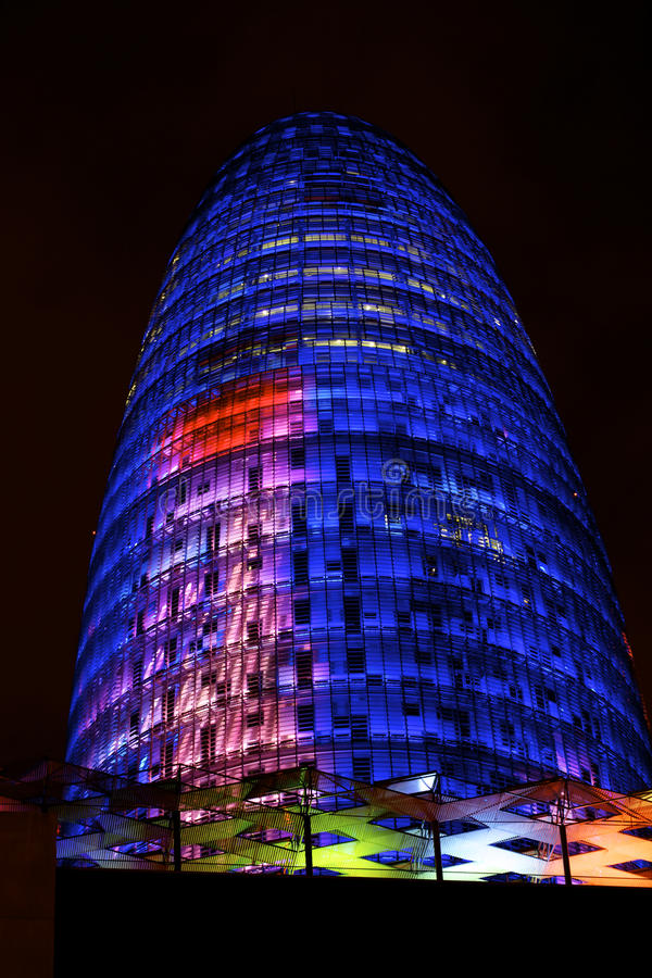 Torre de Barcelona Agbar de la noche fotos de archivo