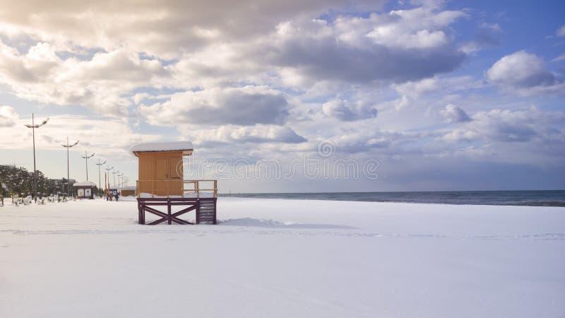 Torre de Baywatch en playa nevosa imagenes de archivo