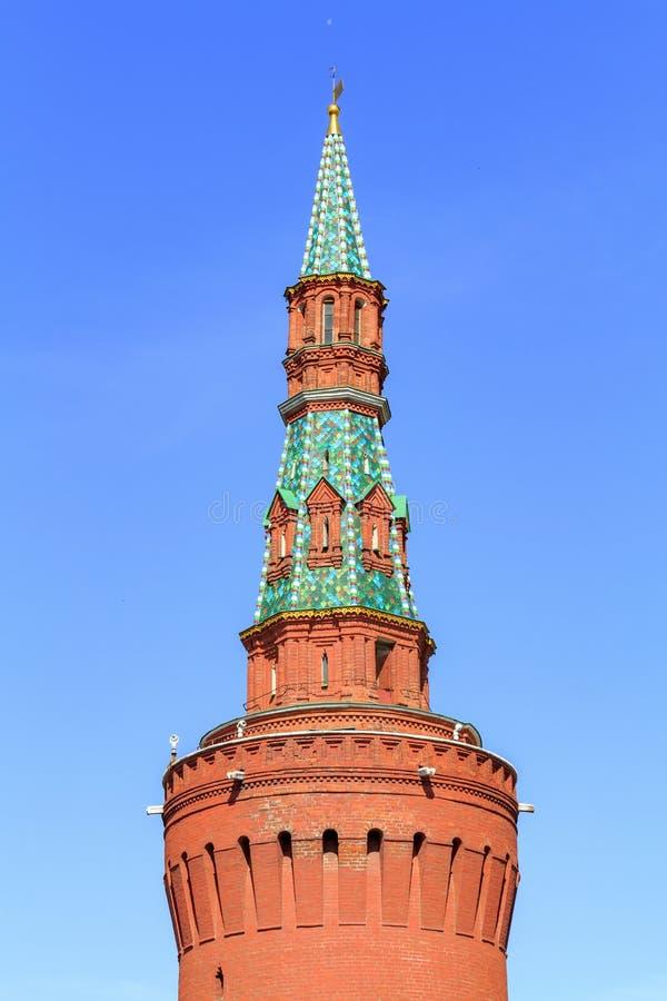 Torre de Beklemishevskaya do Kremlin de Moscou em um fundo do céu azul na manhã ensolarada do verão foto de stock