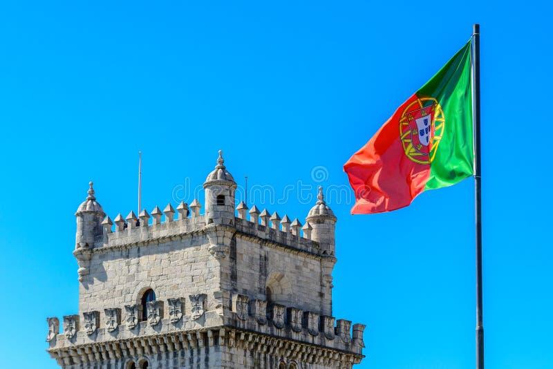 Torre de Belém e bandeira de Portugal em Lisboa imagens de stock