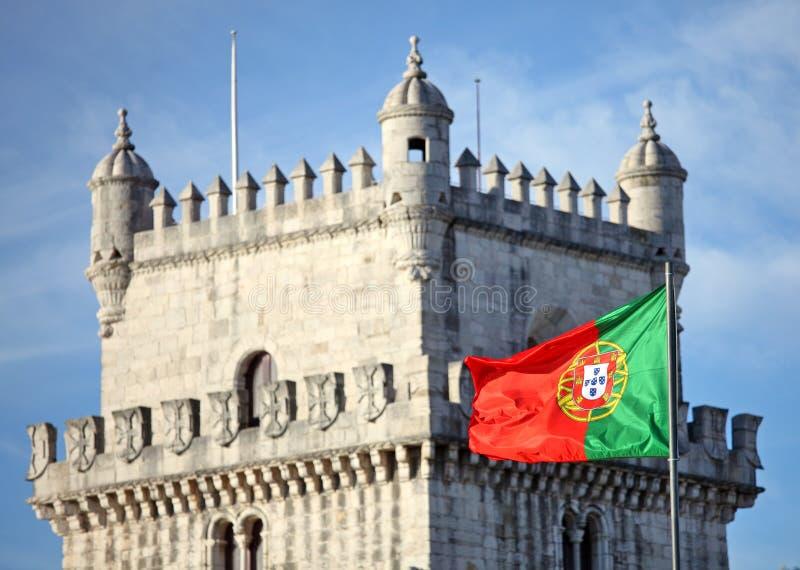 Torre de Belém e bandeira portuguesa fotos de stock royalty free