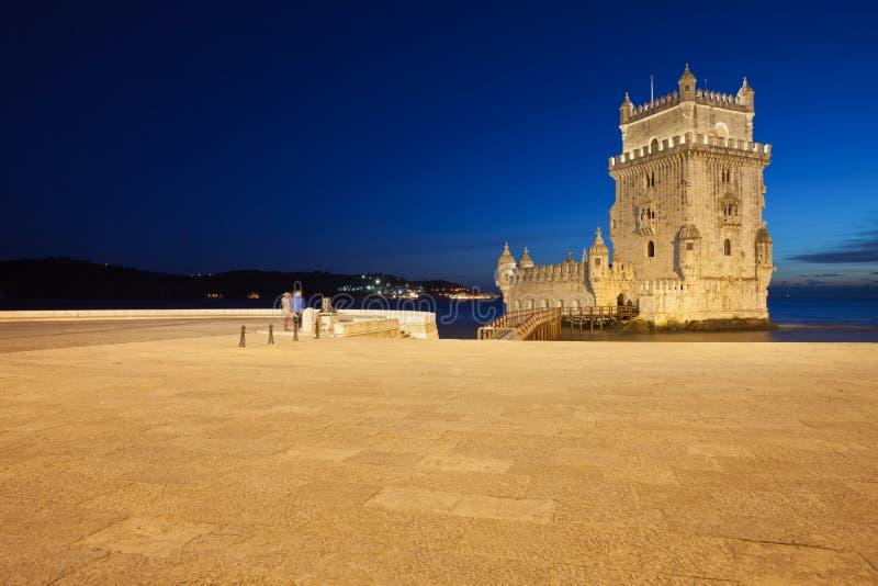 Torre de Belem en Lisboa en la noche foto de archivo libre de regalías