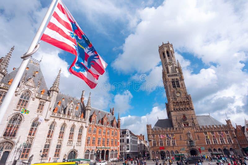 Torre de Belfort e bandeira de Bruges do quadrado em Bruges, Bélgica imagem de stock