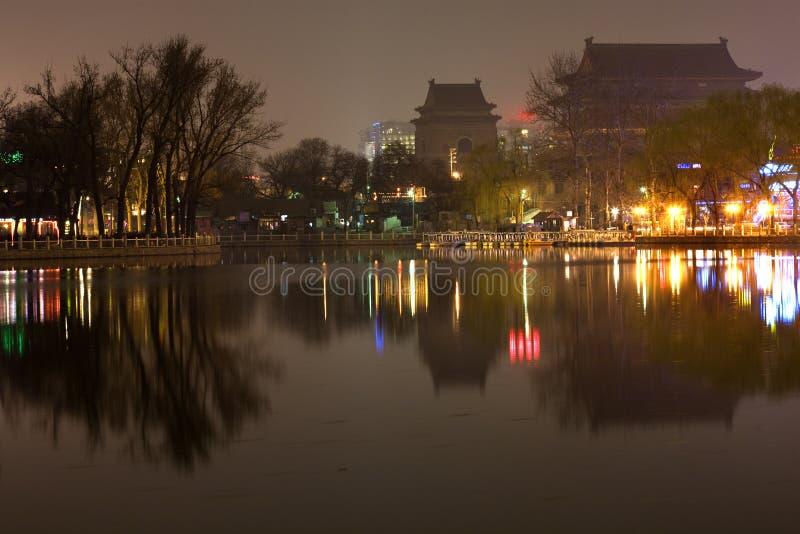 Torre de Bell Beijing do cilindro da noite do lago Houhai imagens de stock royalty free