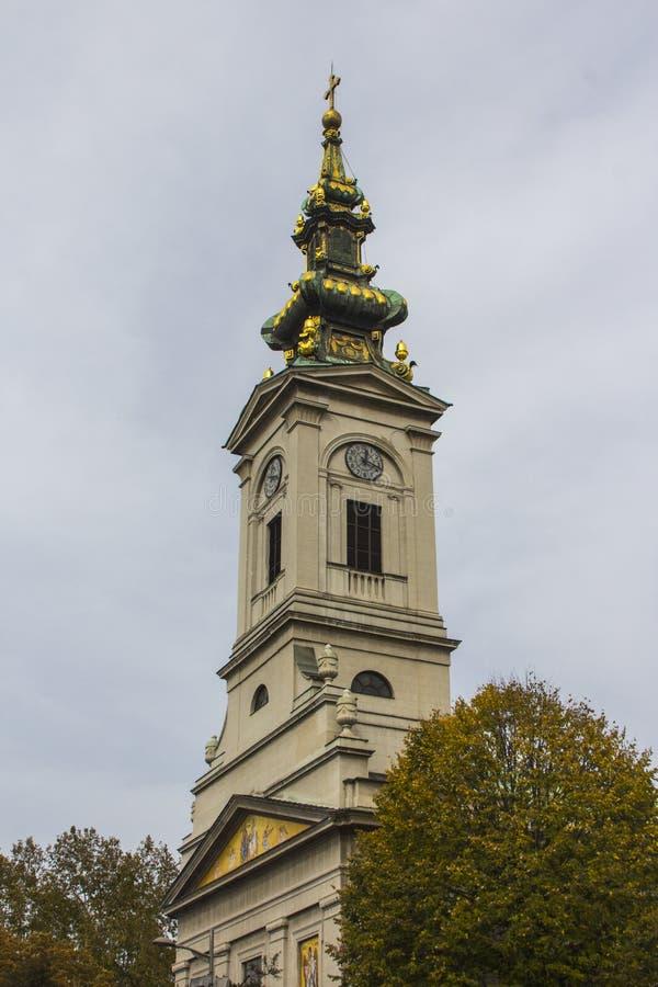 A torre de Bell da igreja da catedral de St Michael o arcanjo é uma igreja ortodoxo sérvio principal da catedral no centro de Bel foto de stock royalty free