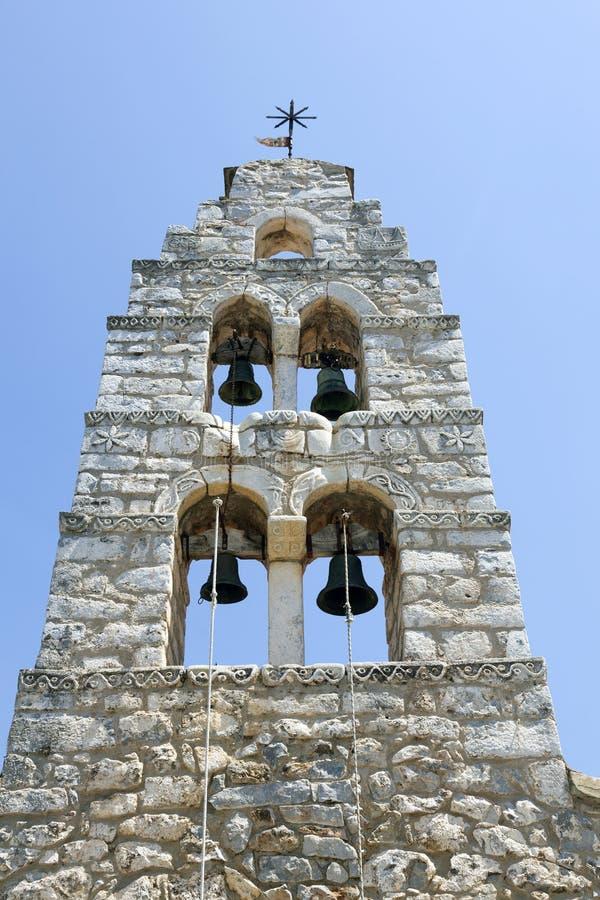 Torre de Bell da igreja de pedra muito velha nos areopolis no peninsu de mani imagem de stock royalty free