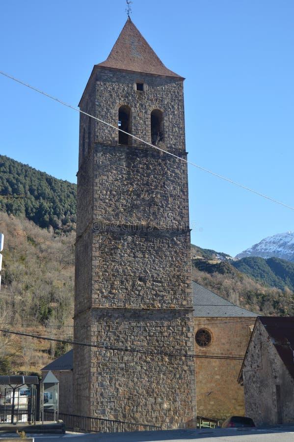 Torre de Bell da igreja paroquial de nossa senhora Of La Asuncion Bielsa Village Paisagens, Pyrenees da natureza, história, fotos de stock