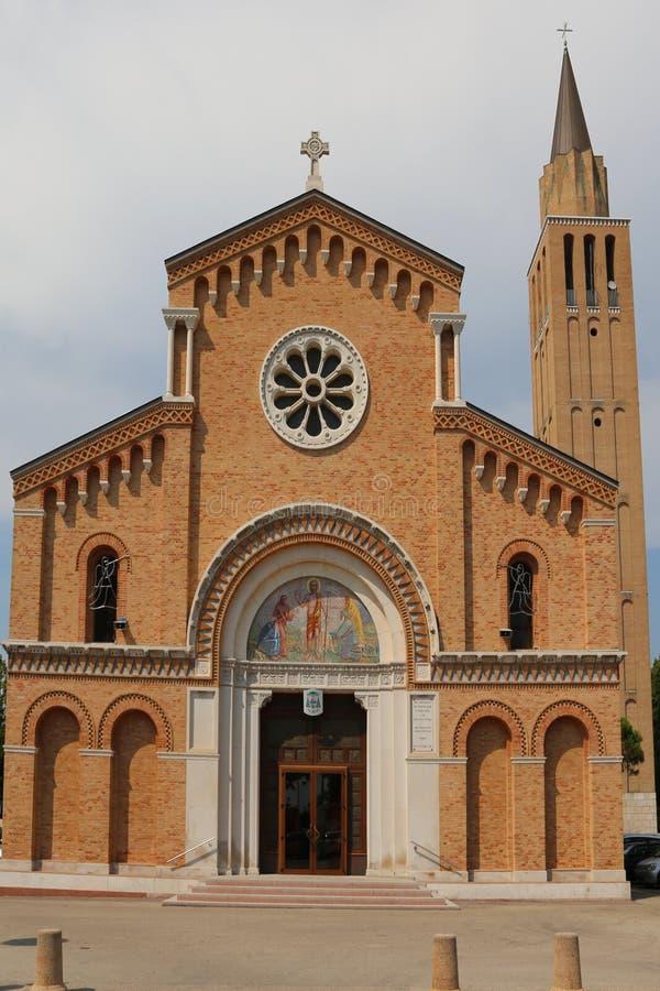 Torre de Bell e fachada da igreja na cidade Itália de Jesolo foto de stock royalty free
