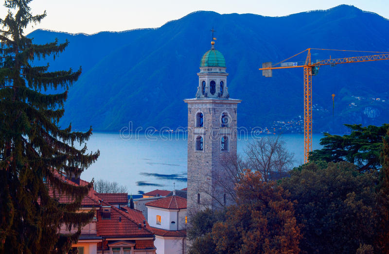 A torre de Bell e o lago Lugano fotos de stock royalty free