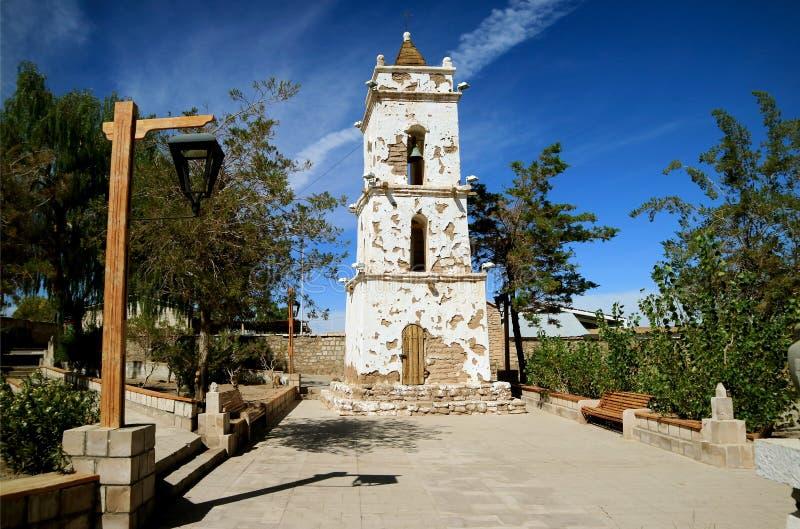 A torre de Bell de Saint Lucas Church na cidade de Toconao, o Chile do norte imagens de stock