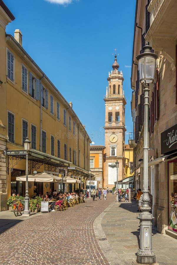 Torre de Bell de San Paolo Monastery nas ruas de Parma em Itália fotografia de stock
