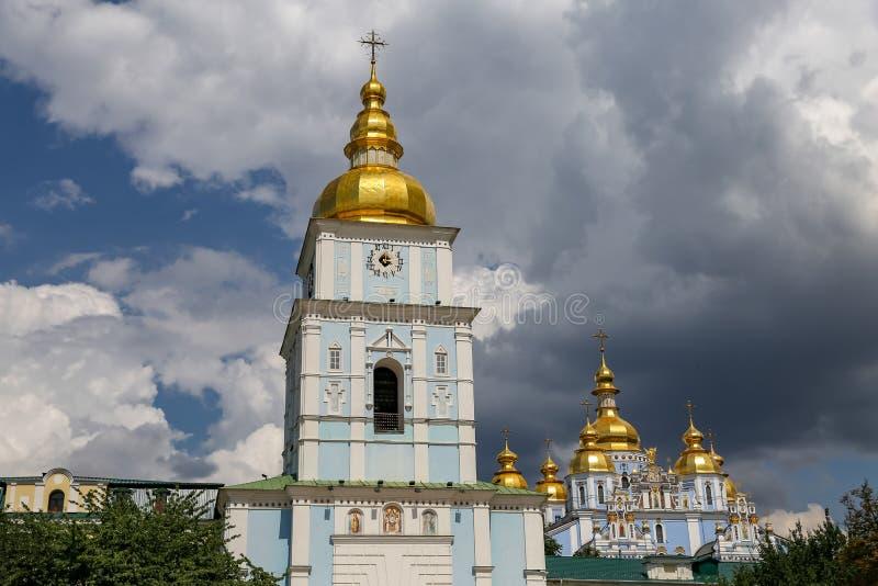 Torre de Bell de St Michael Golden Domed Monastery em Kiev, Ucrânia fotografia de stock