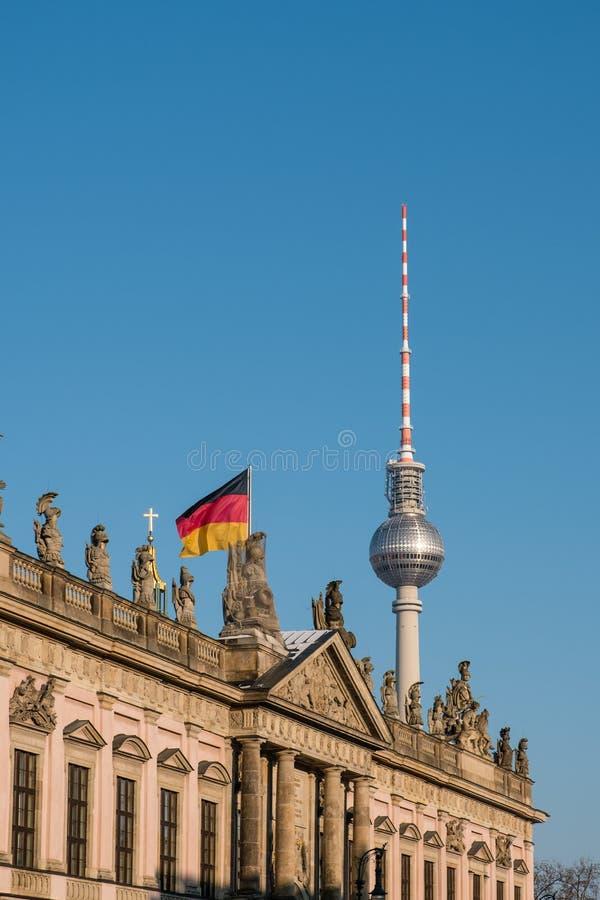 Torre de Berlín, de la TV, edificio histórico Zeughaus y bandera alemana foto de archivo libre de regalías