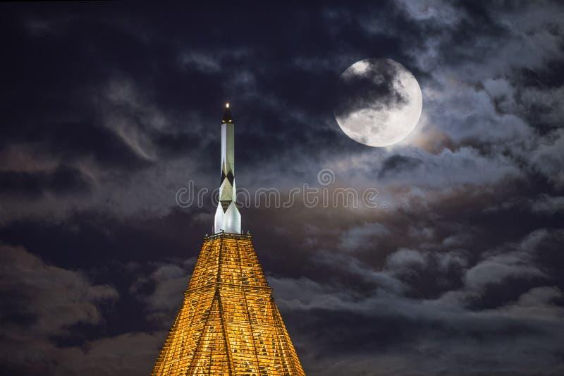 Torre de BOA con el aumento de la luna imágenes de archivo libres de regalías
