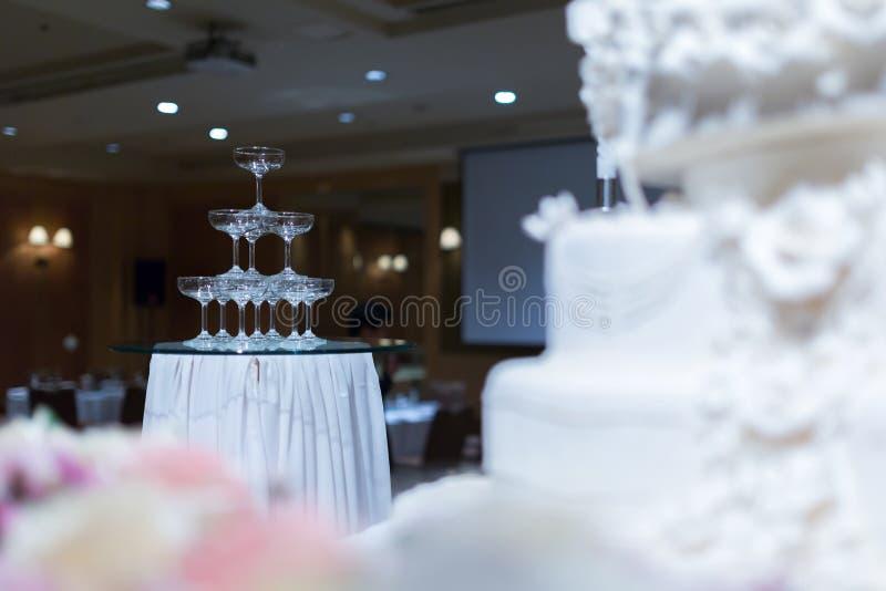Torre de Champagne e bolo de casamento na frente de fotografia de stock