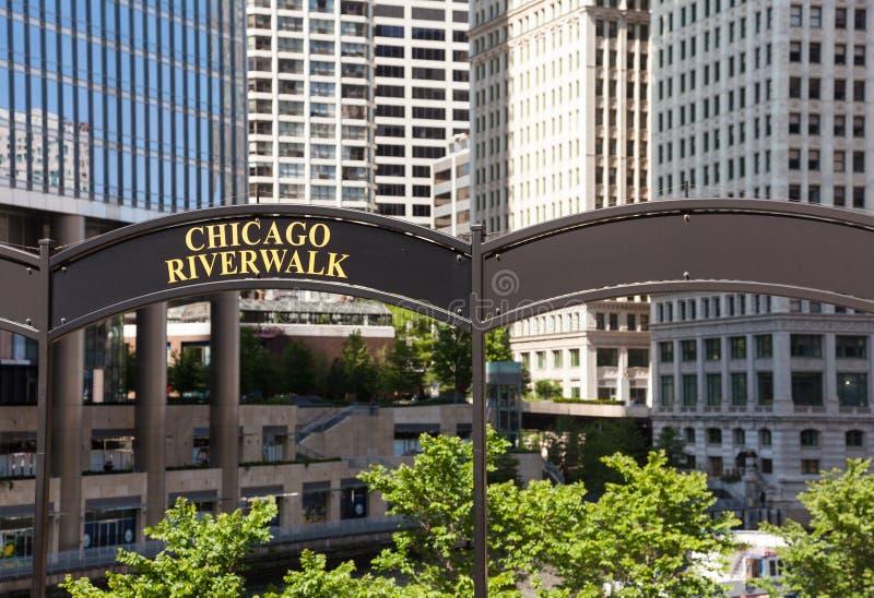 Torre de Chicago Tribune y caminata del río foto de archivo