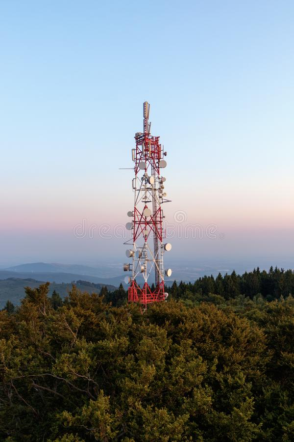 Torre de comunicação acima da floresta imagens de stock