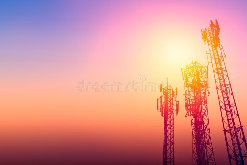 Torre de comunicação ou cellsite do telefone da rede 3G com céu do crepúsculo foto de stock royalty free