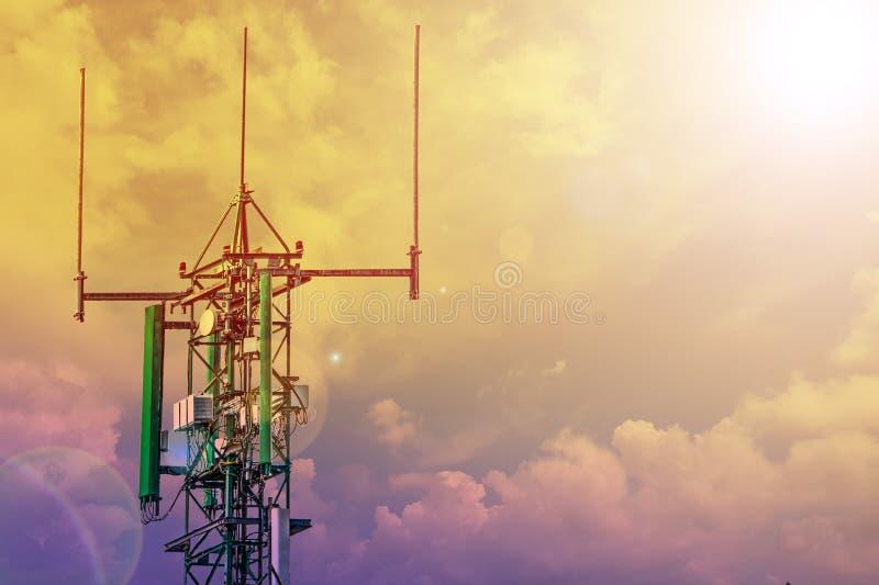 Torre de comunicação ou cellsite do telefone da rede de 4G 5G com o céu nebuloso no por do sol imagem de stock royalty free