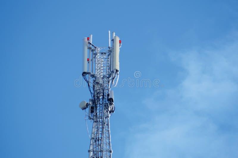 Torre de comunicação ou silhueta do cellsite do telefone da rede de 3G 4G fotos de stock
