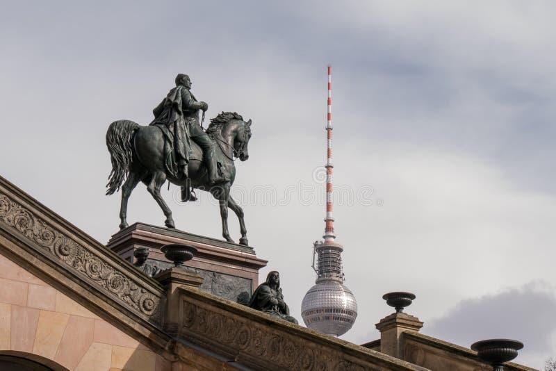Torre de comunicações alta de Fernsehturm em Berlim do leste, com a estátua de Frederick William IV de Prússia fotos de stock royalty free