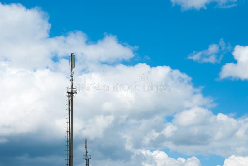 Torre de comunicações móvéis no fundo do céu Grandes nuvens Antenas de uma comunicação celular Torre da G/M Cobrindo o móbil imagem de stock